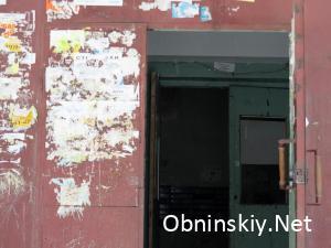 Курчатова д. 35, главный вход, дверь не закрывается
