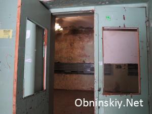 Курчатова д. 35, главный вход, стекла в двери нет, двери не закрываются