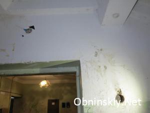 Курчатова д. 35, света возле лифта нет, торчат оголенные провода из стены