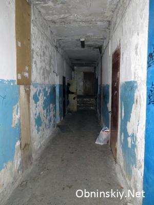 Энгельса 23, коридор 1 этаж, покрытия не осталось ни на полу, ни на стенах, ни на потолке