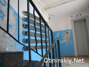 Курчатова 45, краска частично отсутствует по всему подъезду