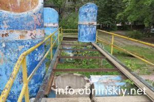 разрушенные детские конструкции во дворе дома по ул. Звездная д. 13