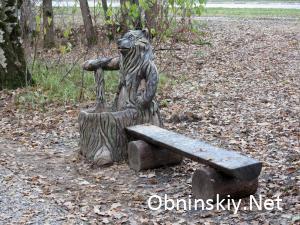 В Гурьяновском лесу лавочка с мишкой. Лавочка очень низкая и грязная.