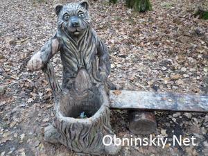 В Гурьяновском лесу фигрука мишки с мусоркой. Мусор лежит, выбрасывает ли его кто-то?