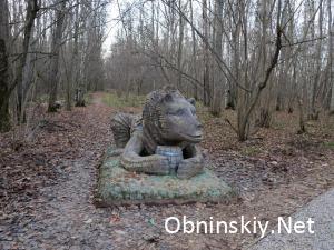 В Гурьяновском лесу фигурка медведя с бочёнком мёда