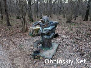 В Гурьяновском лесу забавная сказочная фигурка
