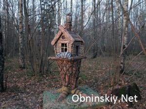 В Гурьяновском лесу избушка Бабы Яги, её охраняют кот и сова. А внутри лежат крошки для птиц.