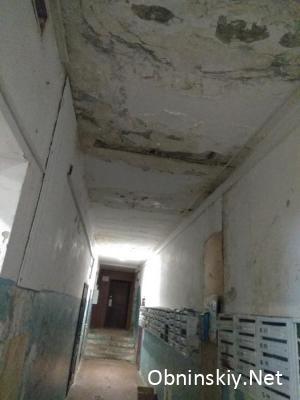 коридор и подтёки на потолке и стенах Энгельса 21 УК ЧИП