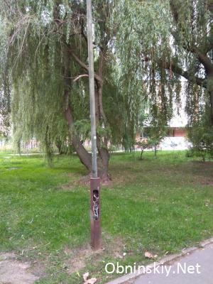 Фонарный столб с торчащими проводами