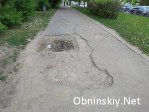 Яма на пешеходной дороге возле дома 54 по ул. Курчатова