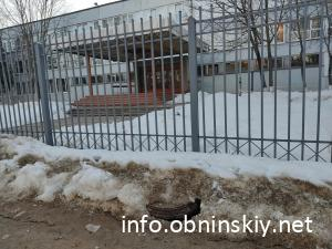 Открытый люк возле школы №13