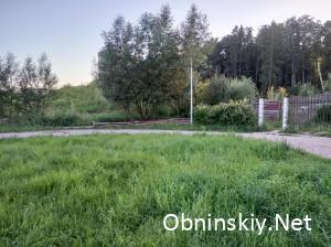 Поваленный забор возле заброшенной стройки