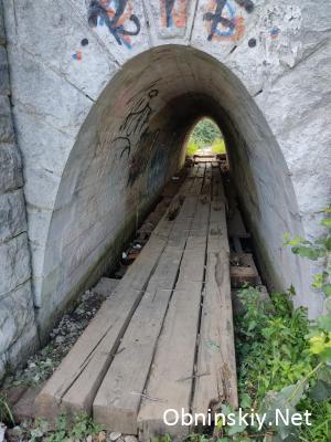 Шпалы начинаются прямо в тоннеле, а когда-то здесь была хорошая дорога